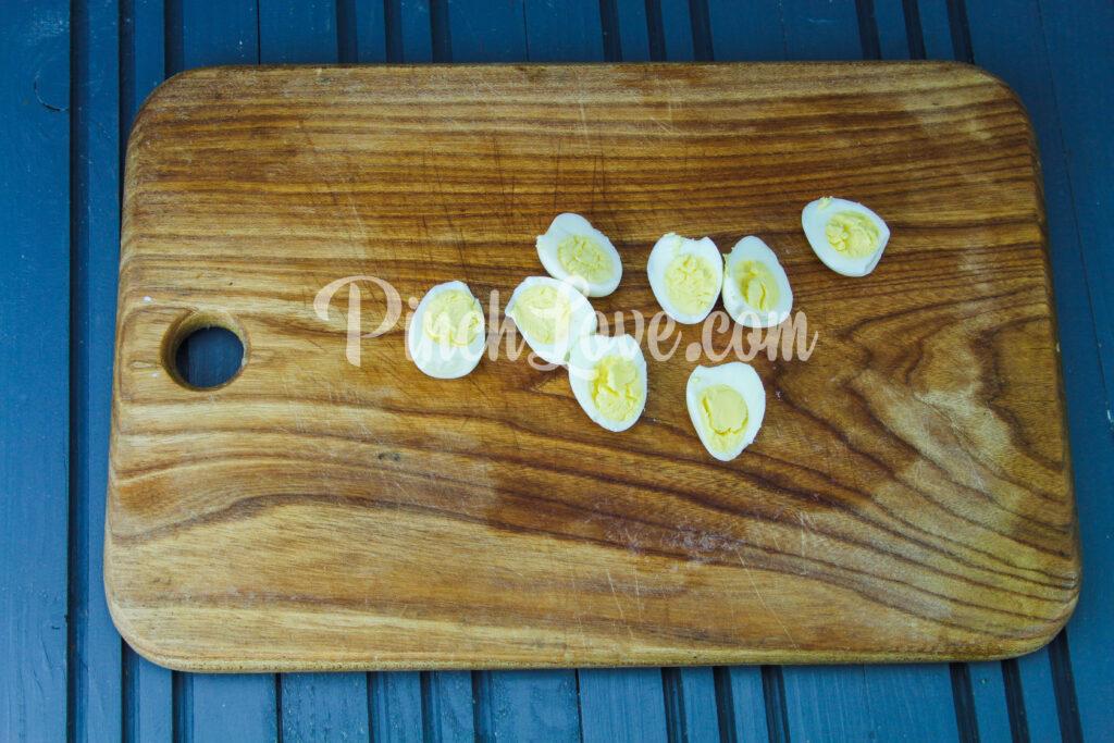 Салат с перепелиными яйцами и красной рыбой - шаг 1