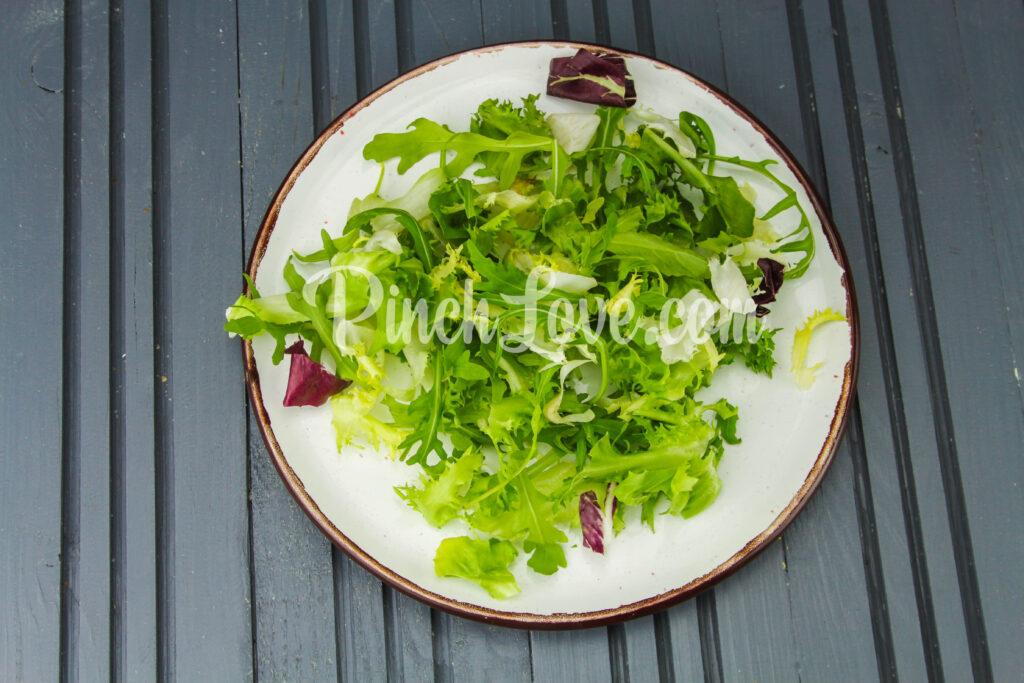 Салат с перепелиными яйцами и красной рыбой - шаг 4