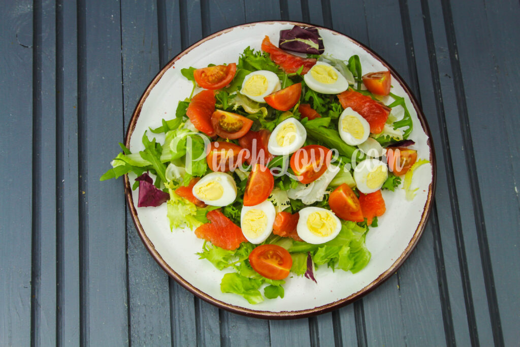 Салат с перепелиными яйцами и красной рыбой - шаг 5