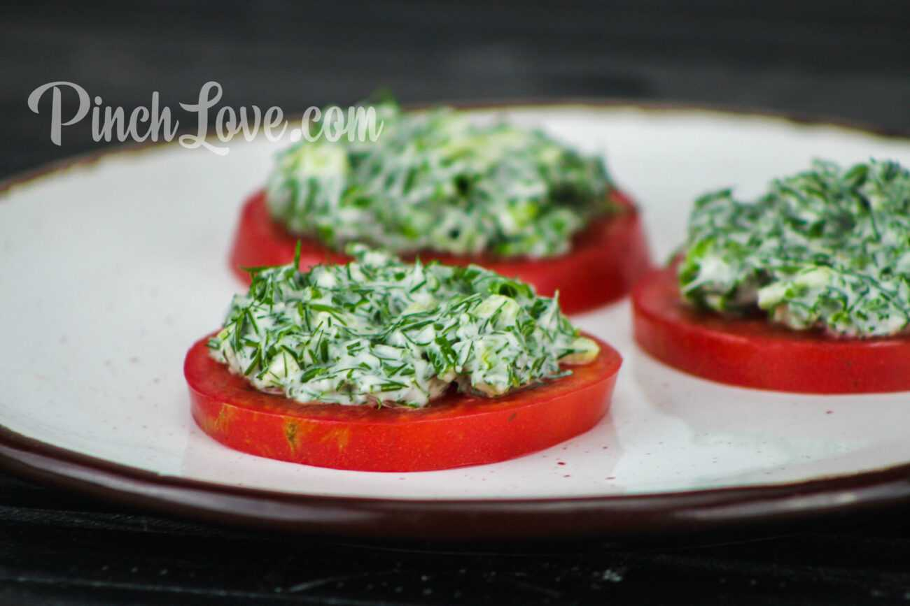 Закуска из ревеня, помидора и зеленого лука
