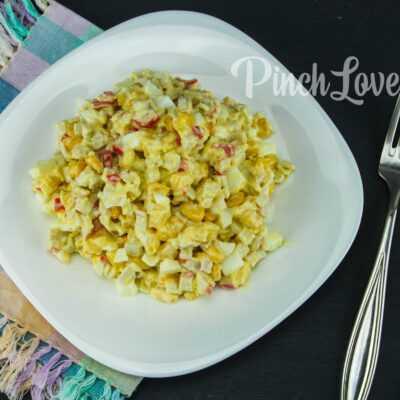 Салат с крабовыми палочками, сыром, яйцом и кукурузой
