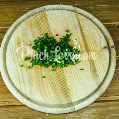 Закуска из ревеня, помидора и зеленого лука - шаг 1-2