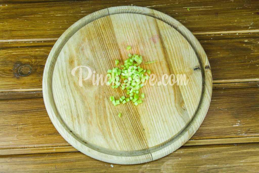 Закуска из ревеня, помидора и зеленого лука - шаг 2