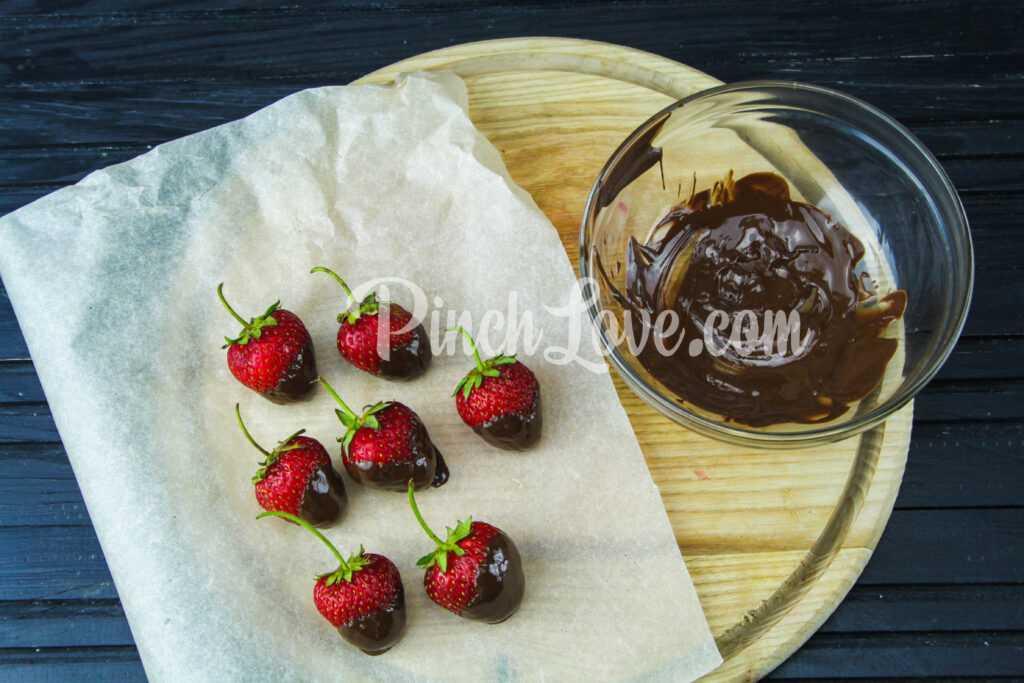 Клубника в чёрном шоколаде - шаг 2