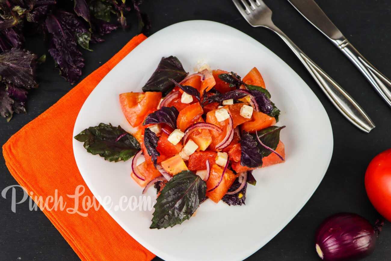 Салат из арбуза, помидора и базилика