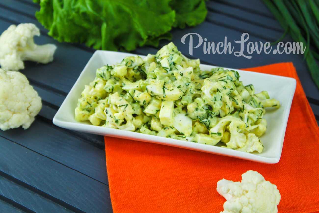 Салат с ревенем, цветной капустой и яйцом