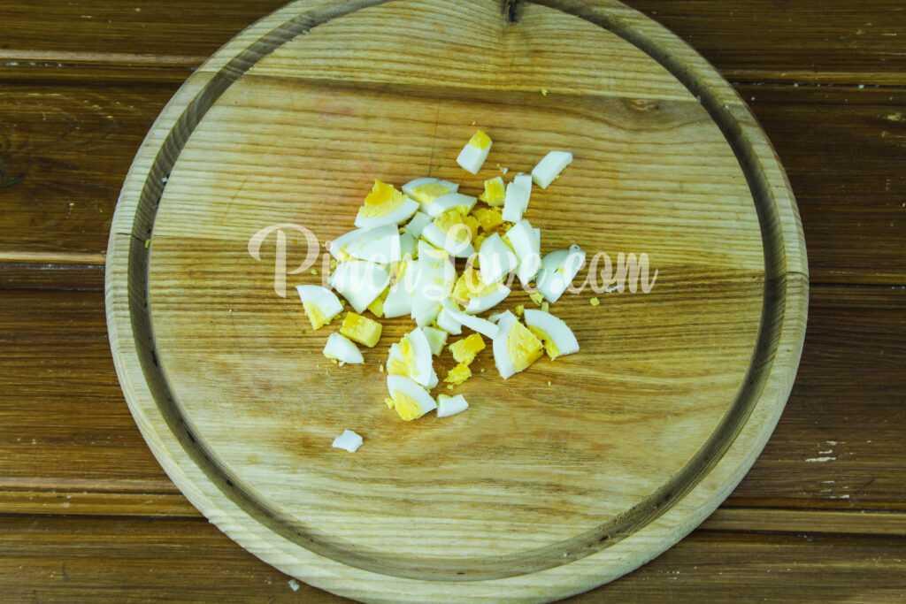 Салат с ревенем, цветной капустой и яйцом - шаг 1