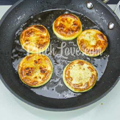 Жареные кабачки с помидором и майонезом - шаг 3-2
