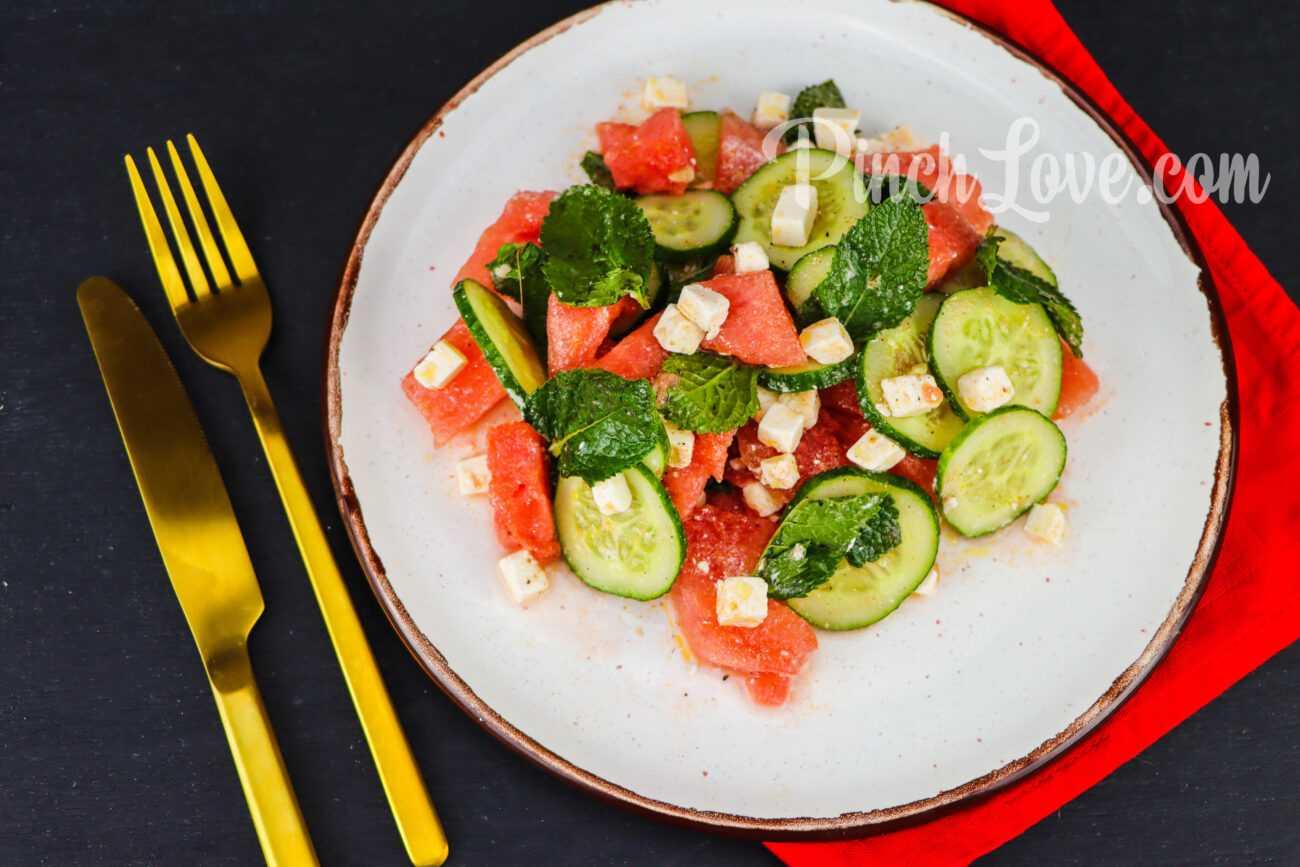 Салат из арбуза, огурца и сыра фета