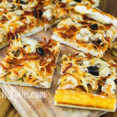 Домашняя пицца с курицей и сыром чечил (косичка)
