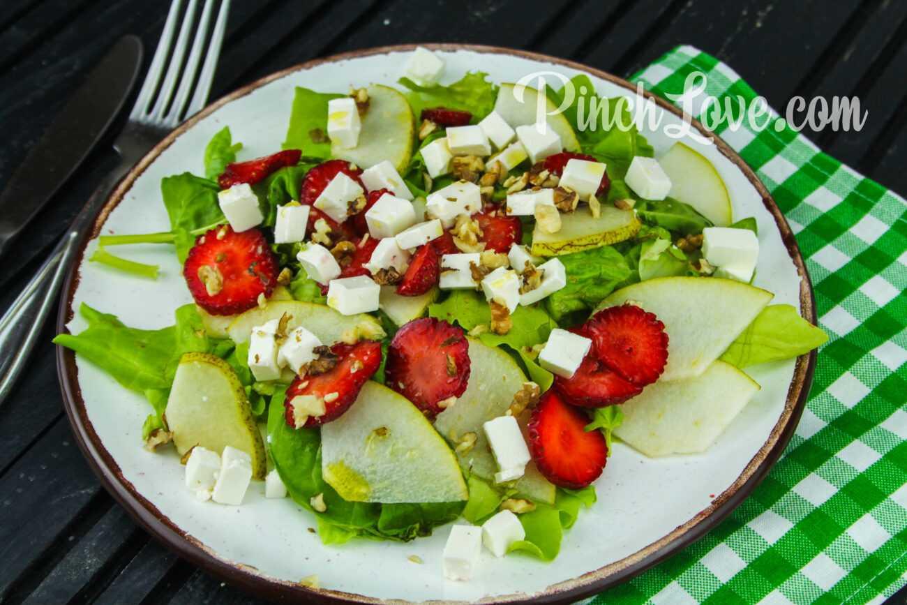 Салат из клубники, груши, шпината и сыра фета