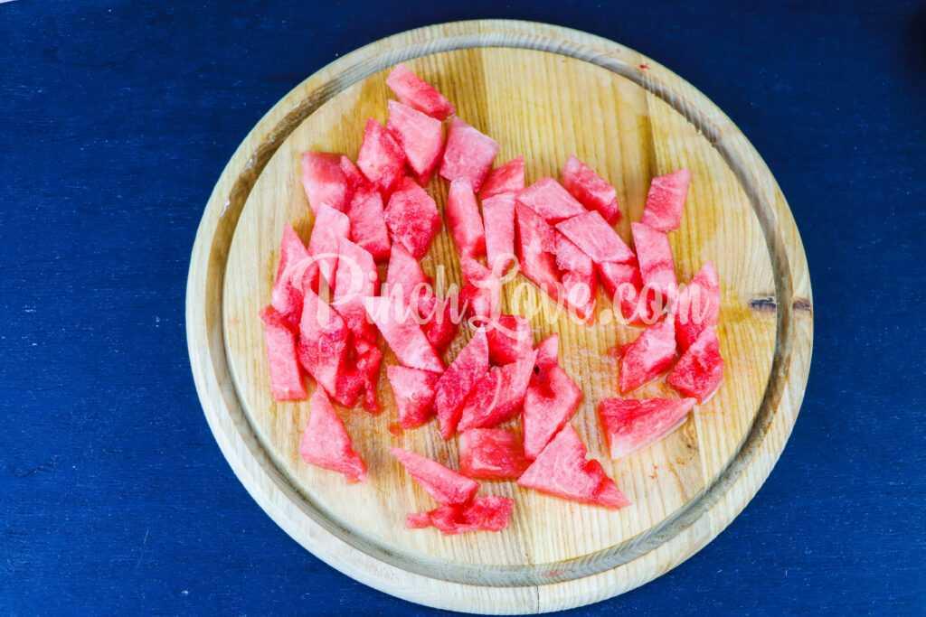 Салат из арбуза, огурца и сыра фета - шаг 1