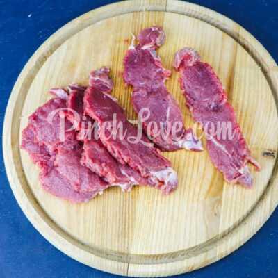 Говядина по-французски с помидорами и луком - шаг 1-1