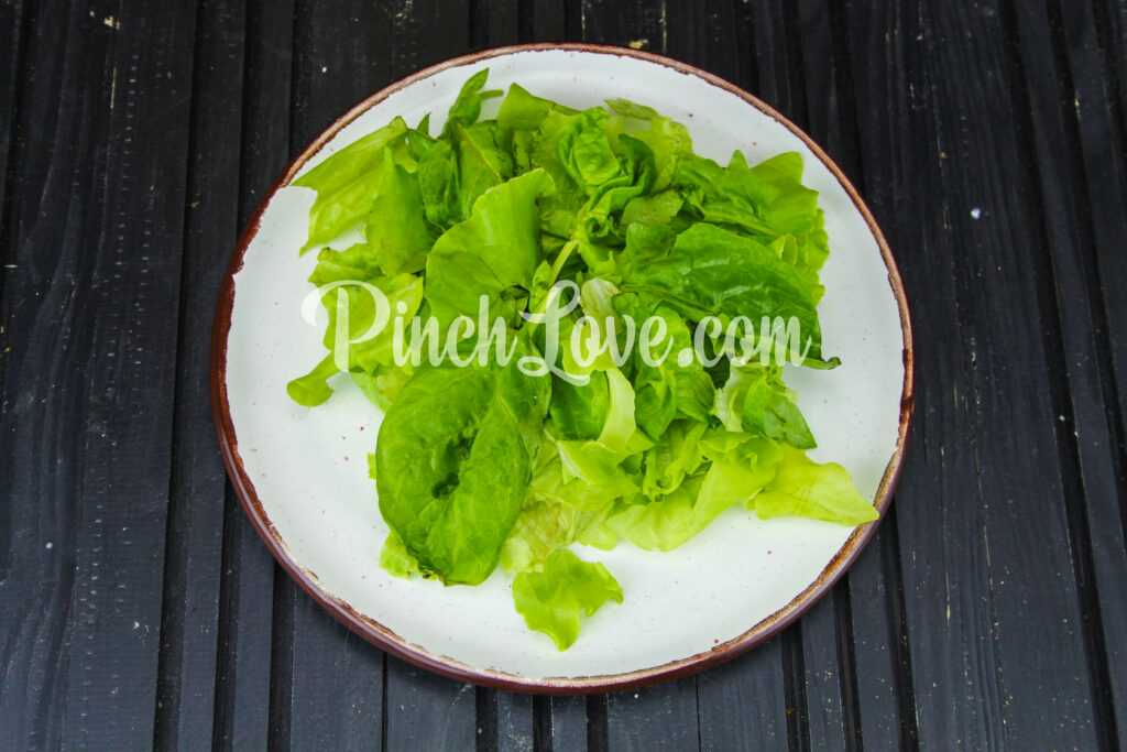 Салат из клубники, груши, шпината и сыра фета - шаг 1