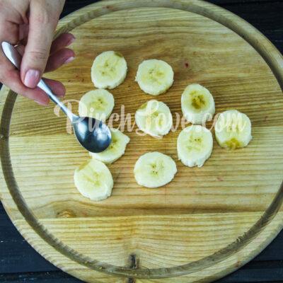 Канапе из банана и клубники в белом шоколаде - шаг 1-2