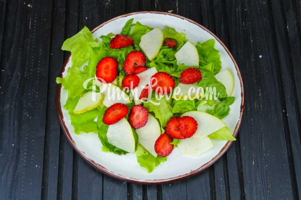 Салат из клубники, груши, шпината и сыра фета - шаг 2