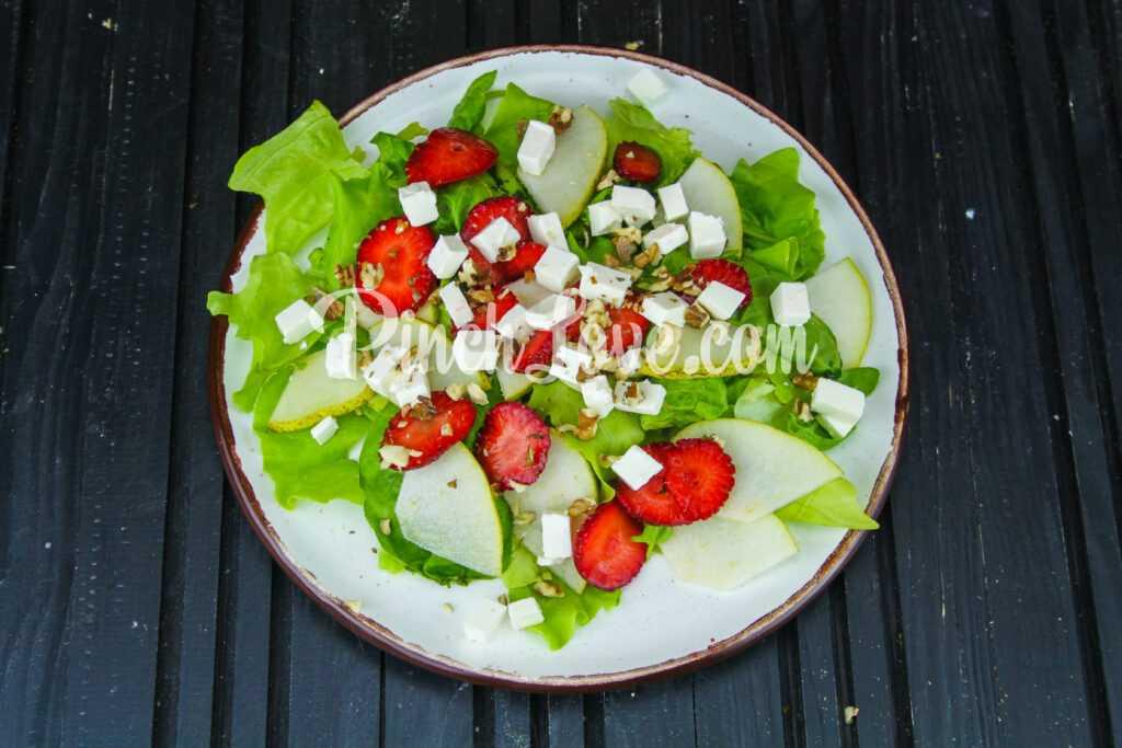 Салат из клубники, груши, шпината и сыра фета - шаг 3