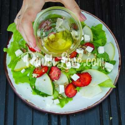 Салат из клубники, груши, шпината и сыра фета - шаг 4-1