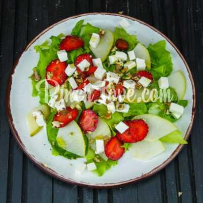 Салат из клубники, груши, шпината и сыра фета - шаг 4-2